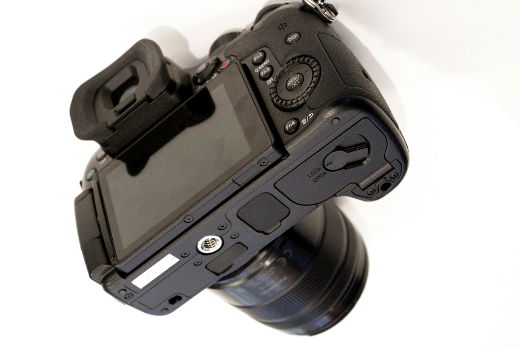 Underside of GH4 reveals 1/4-20 threaded hole and something more: rubber coverings.